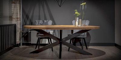 Ovale Holztisch